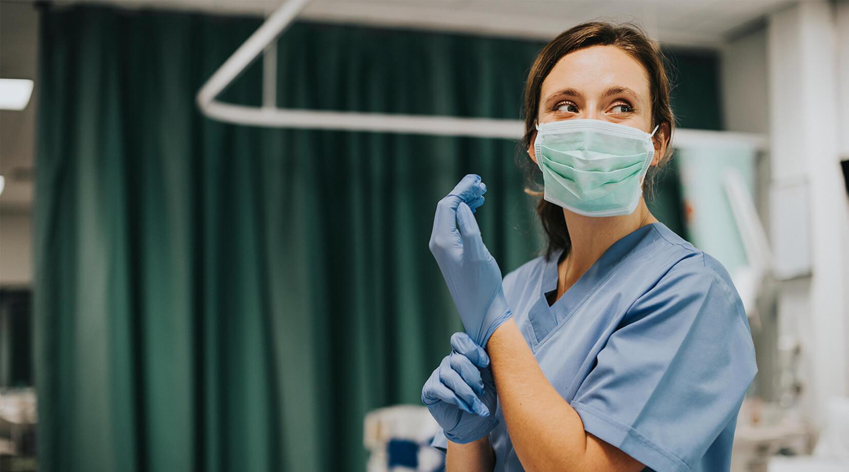 Lekarka przygotowująca się do operacji