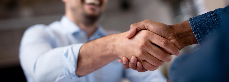 Mężczyźni podający sobie rękę