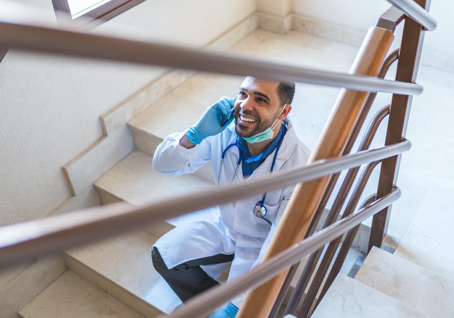 Lekarz rozmawiający przez telefon na korytarzu