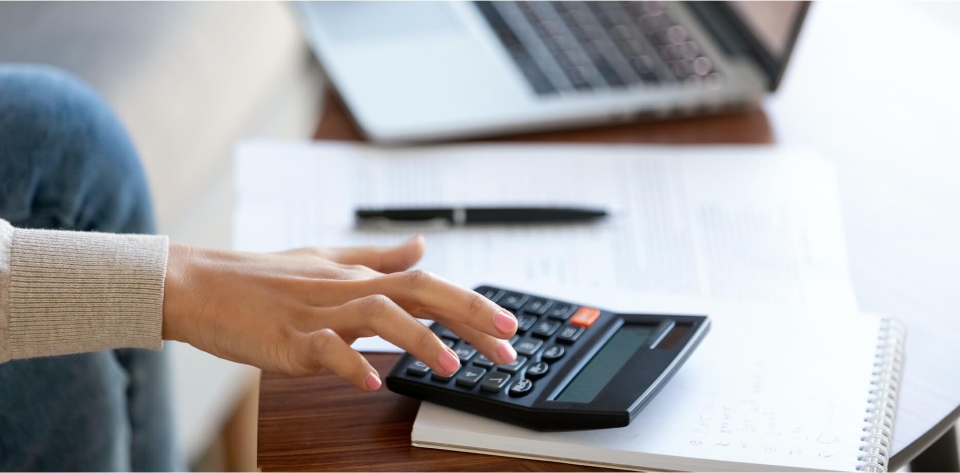 Kobieta licząca na kalkulatorze