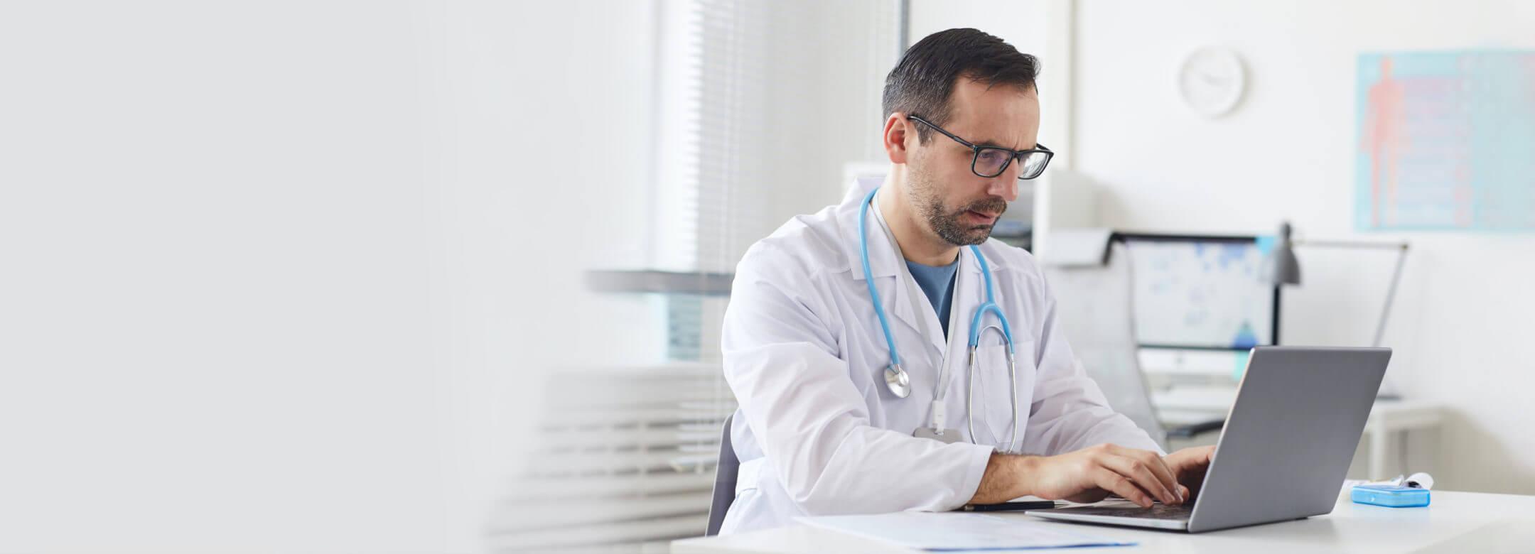 Lekarz specjalista pracujący z laptopem