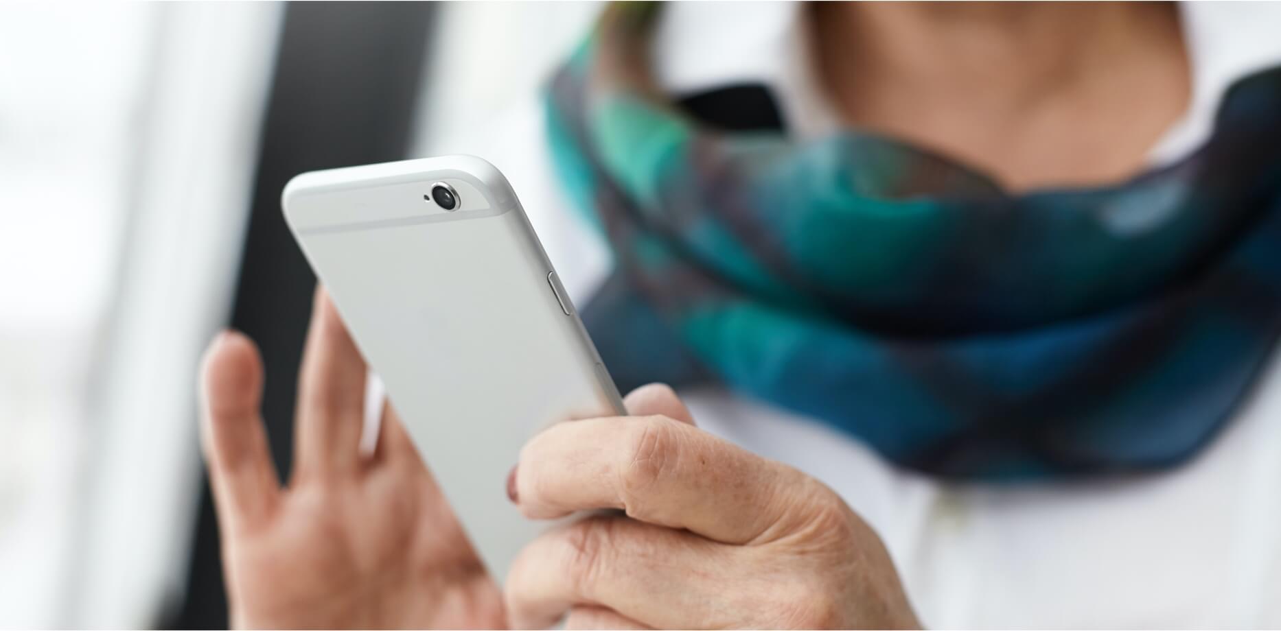 Kobieta szukająca informacji na smartfonie