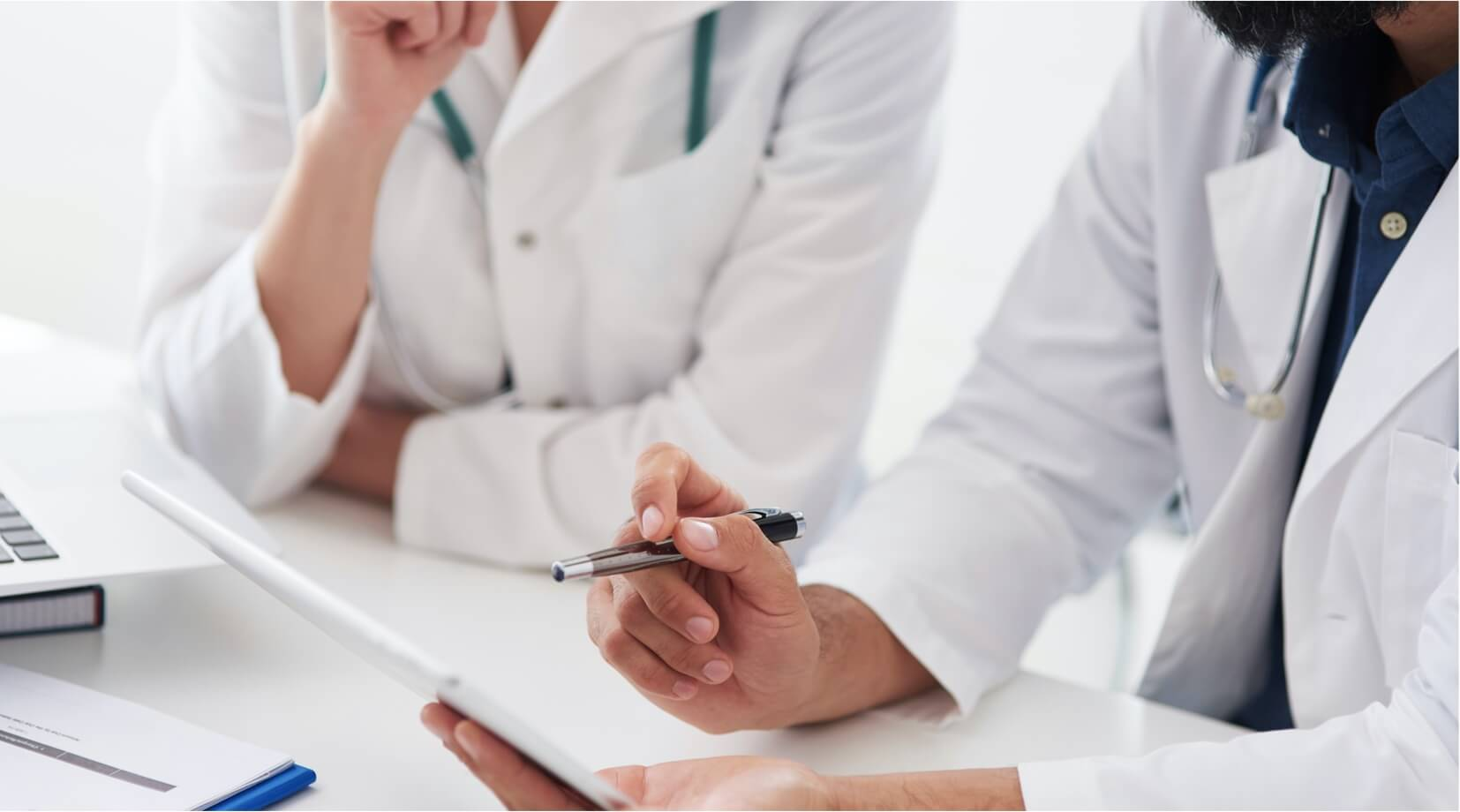 Lekarze omawiający wyniki badań