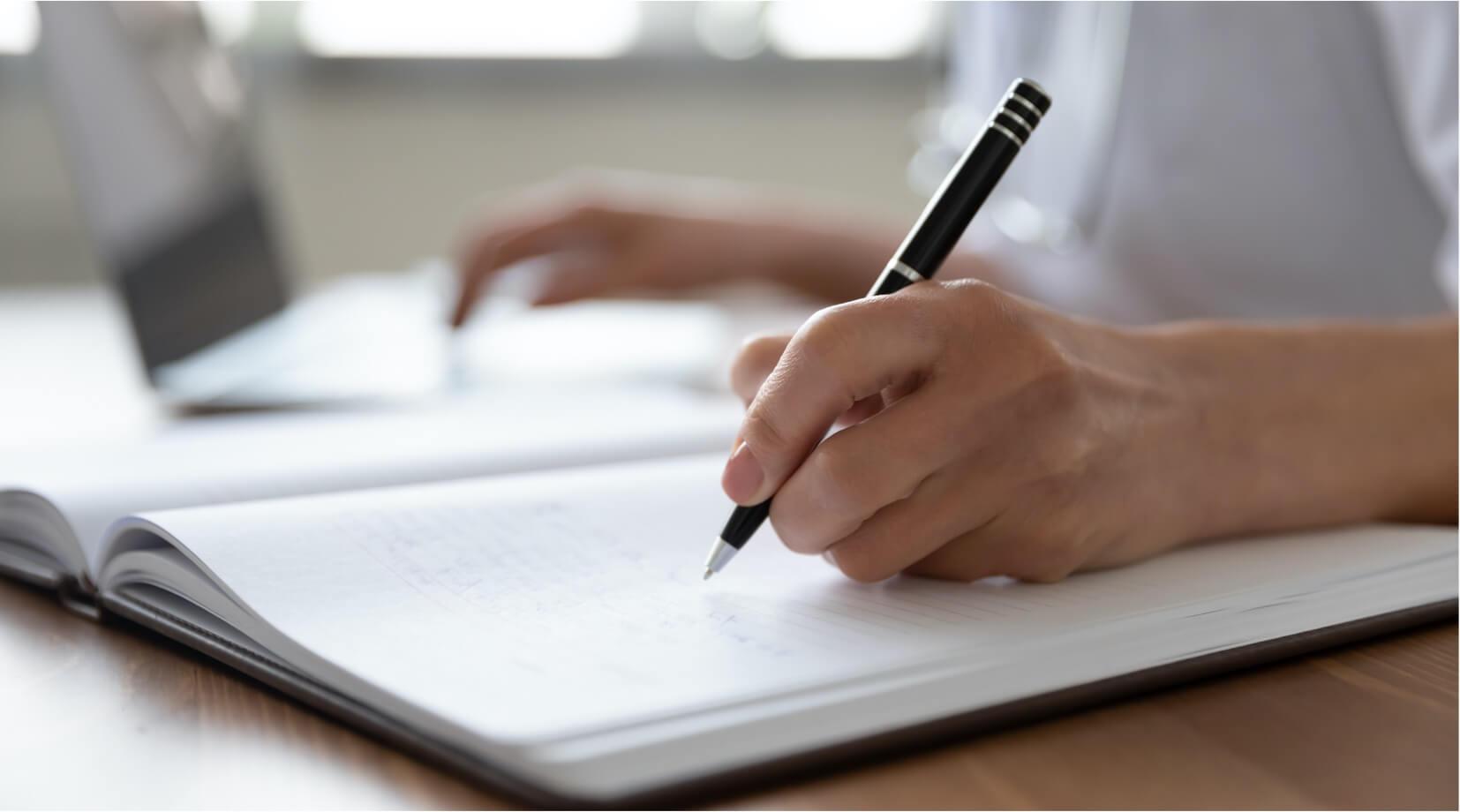 Pracownik sporządzający notatki
