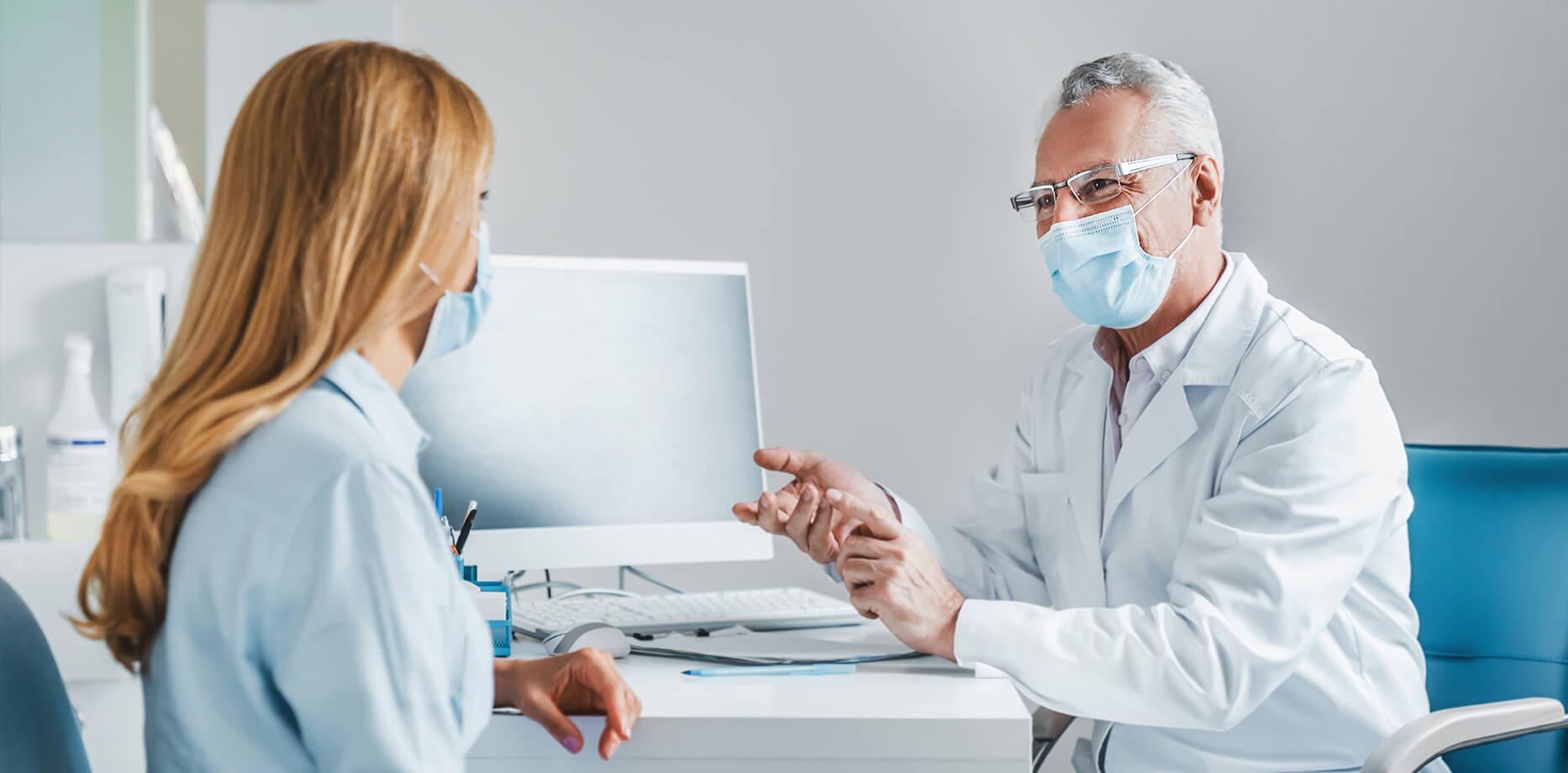 Lekarz rozmawiający z pacjentką