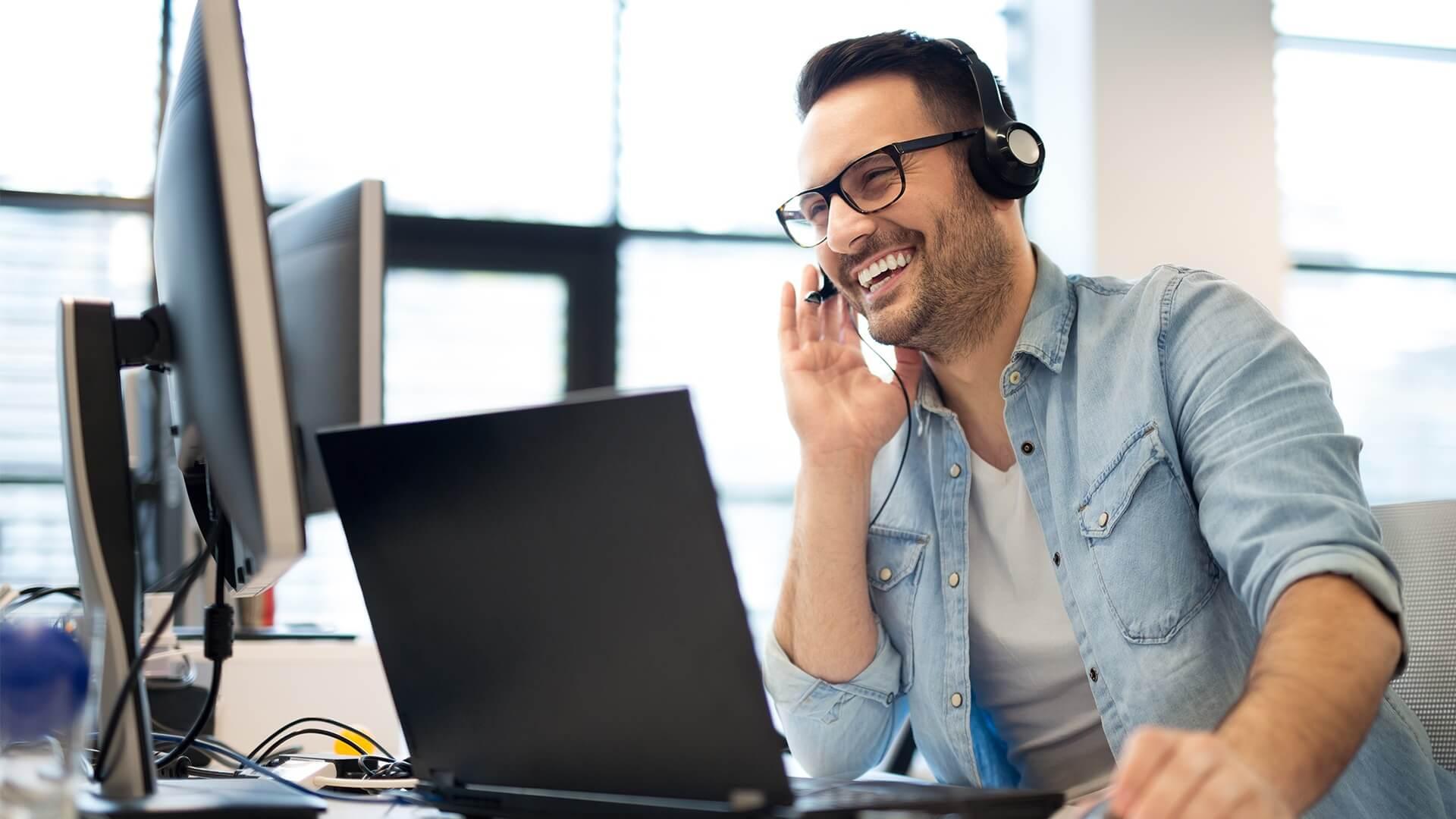 Telekonsultant rozmawiający z Klientem