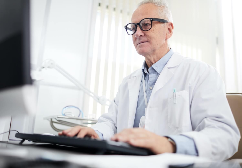 Specjalista rozmawiający z pacjentem online