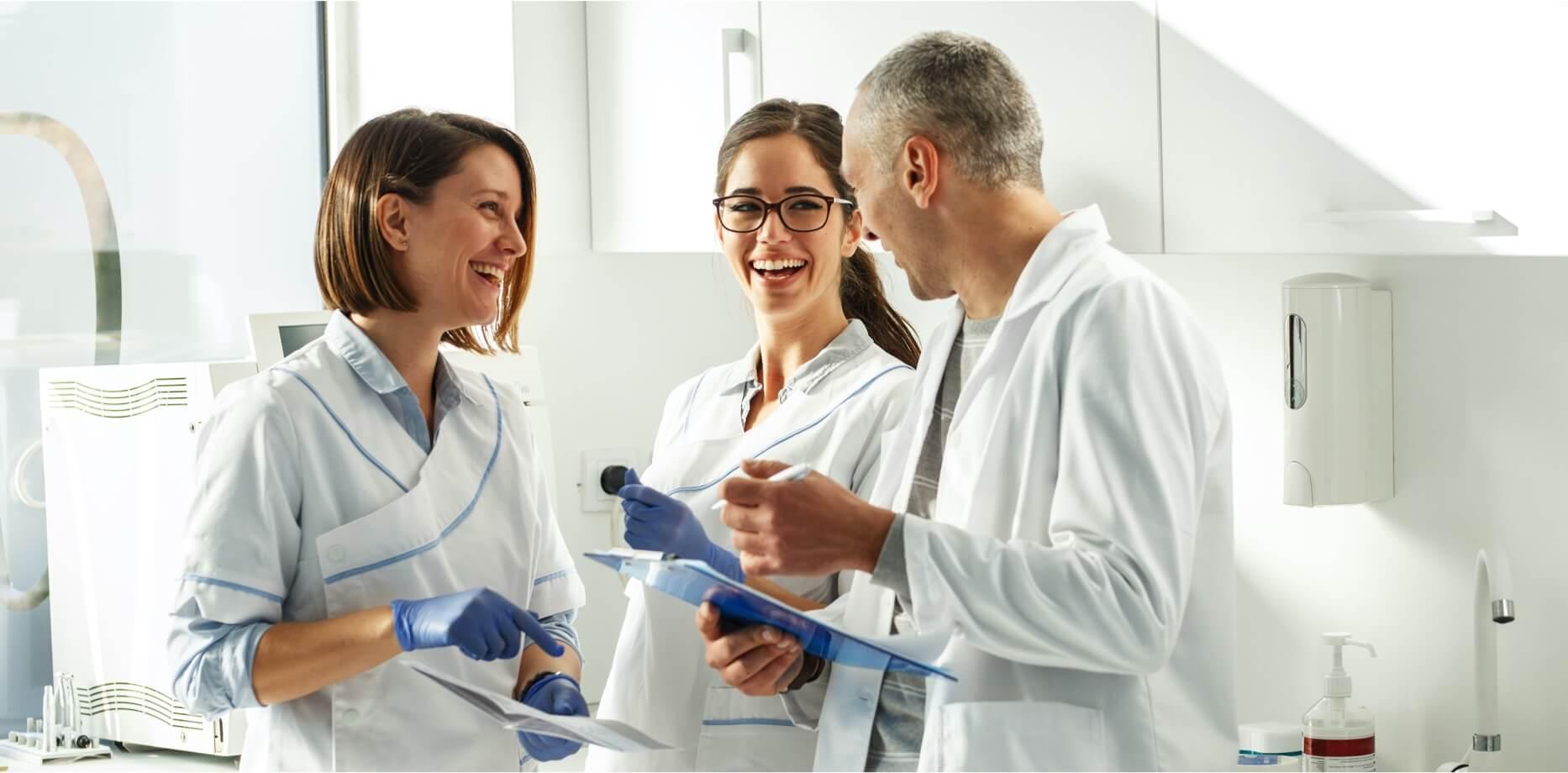 Lekarze rozmawiający w laboratorium