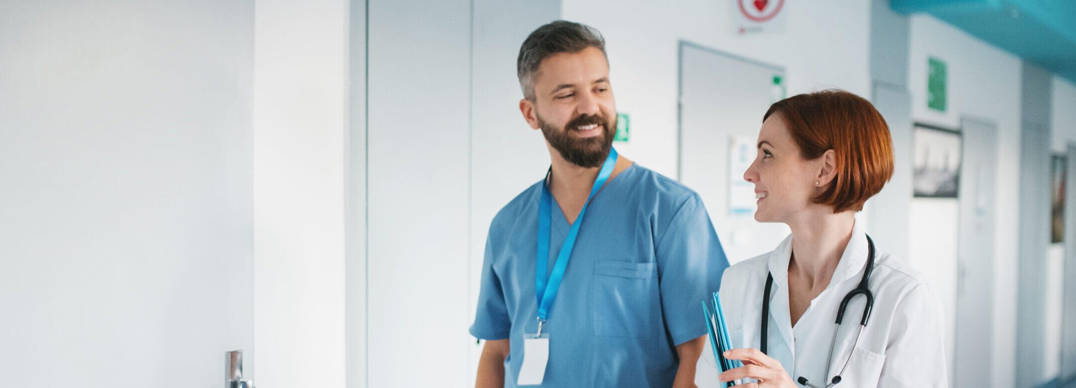 Lekarze rozmawiający na korytarzu szpitala