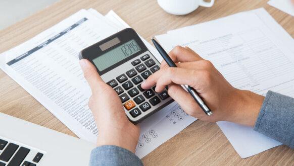 Jak skonfigurować limit - mężczyzna liczący na kalkulatorze