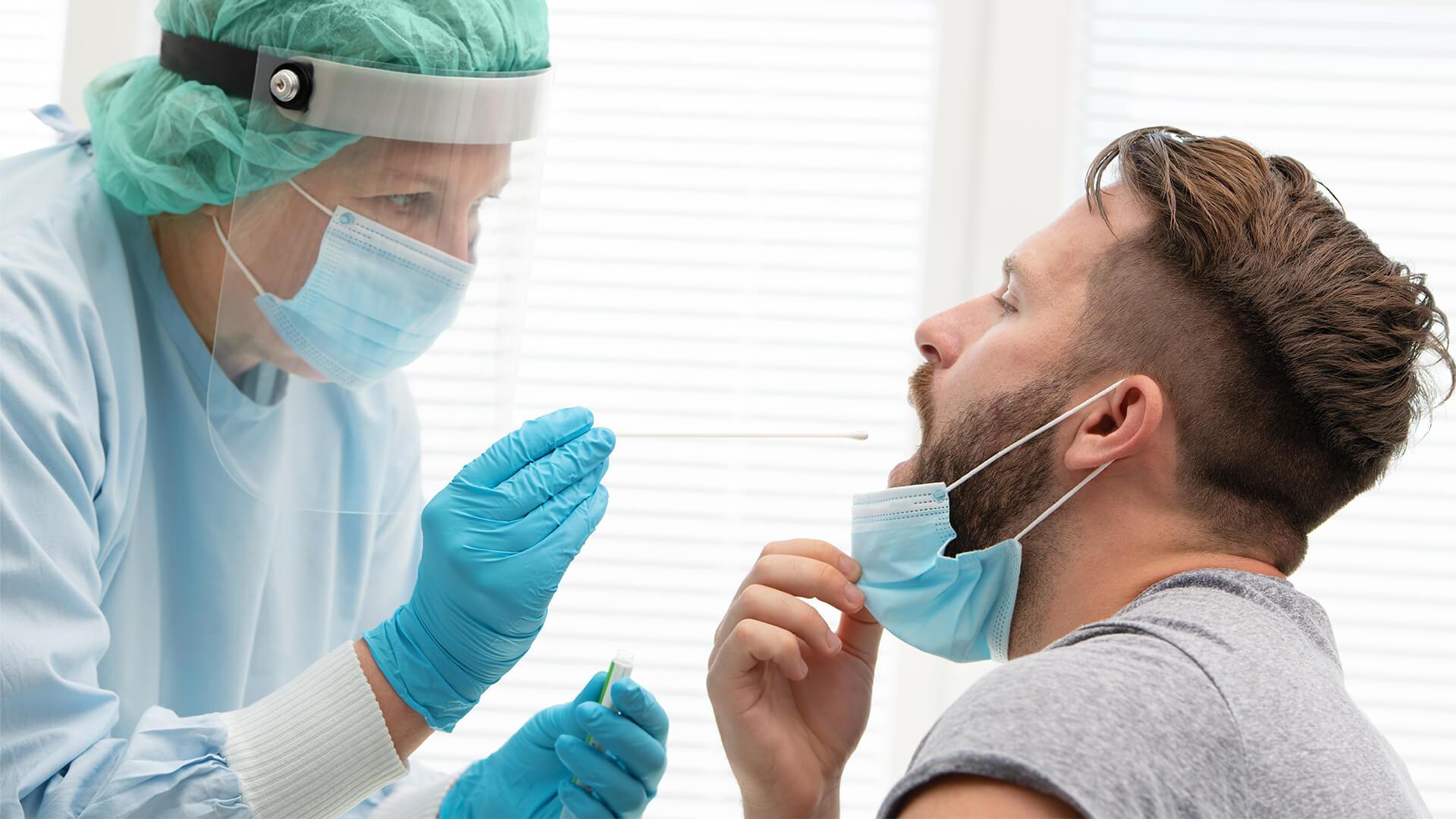 Zlecenie na badanie COVID-19. Lekarz pobiera wymaz do badania.