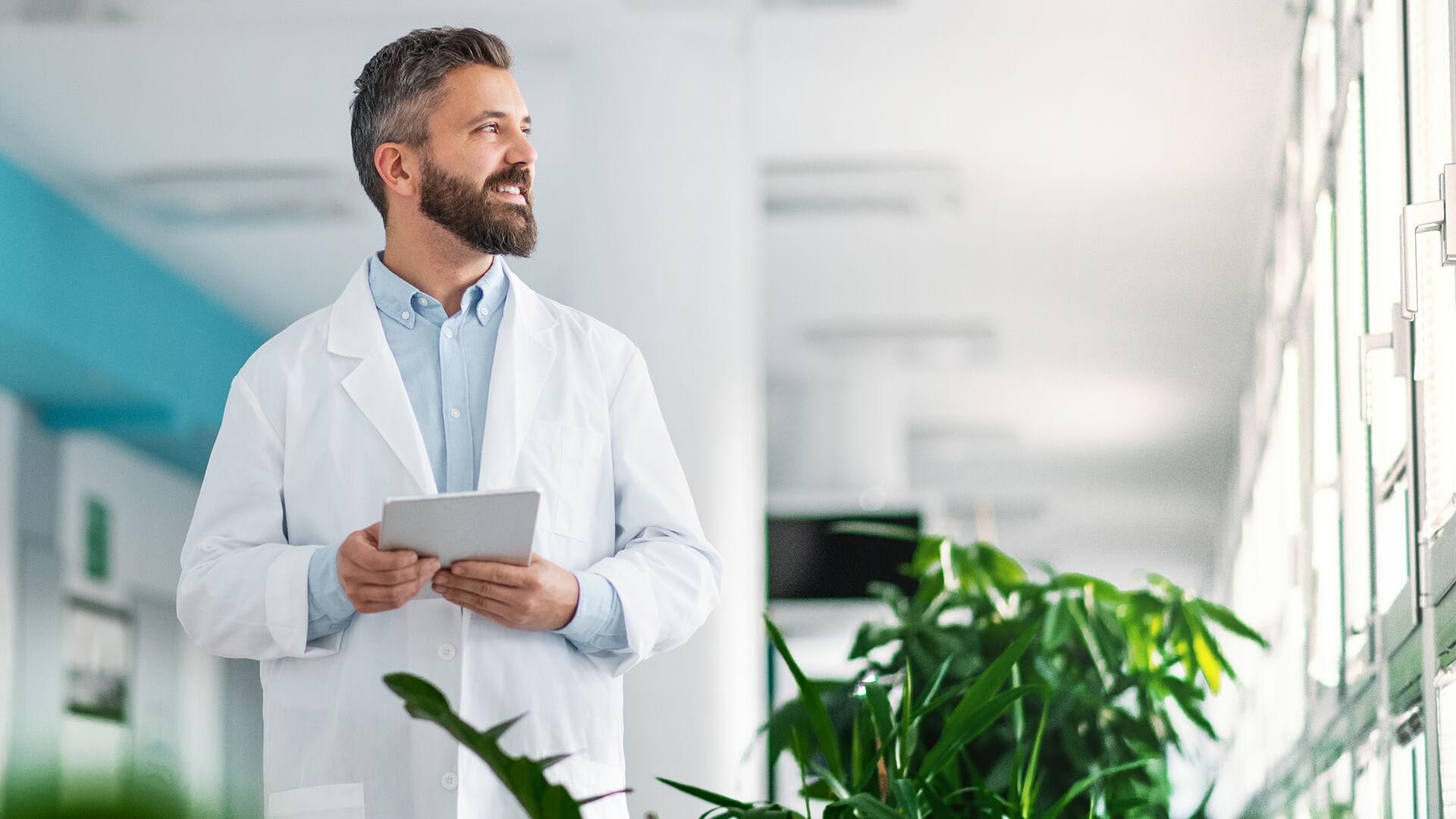 Jak wystawić e-Skierowanie - lekarz na korytarzu szpitala