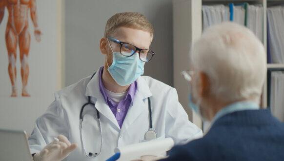 Jak zweryfikować wystawione i zrealizowane e-Recepty - Lekarz rozmawiający z pacjentem w gabinecie