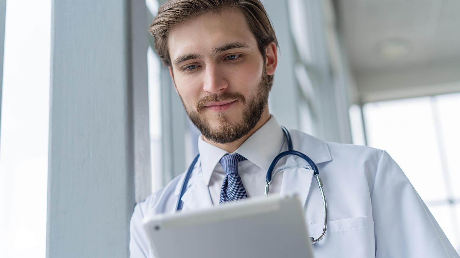 Nowa Karta Wizyty - lekarz sprawdzający informację na tablecie