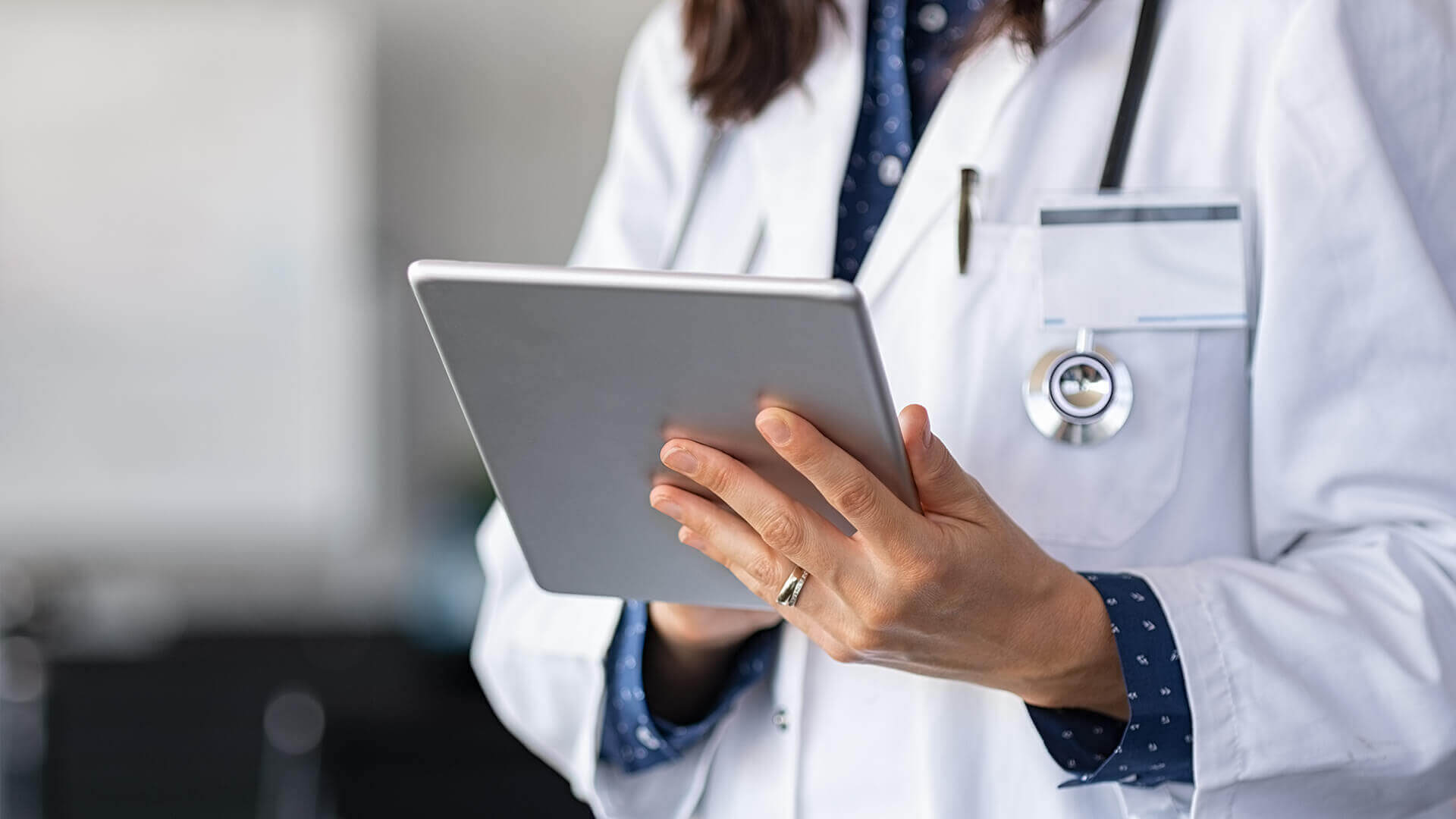 Prace serwisowe ZUS - lekarka pracująca z tabletem
