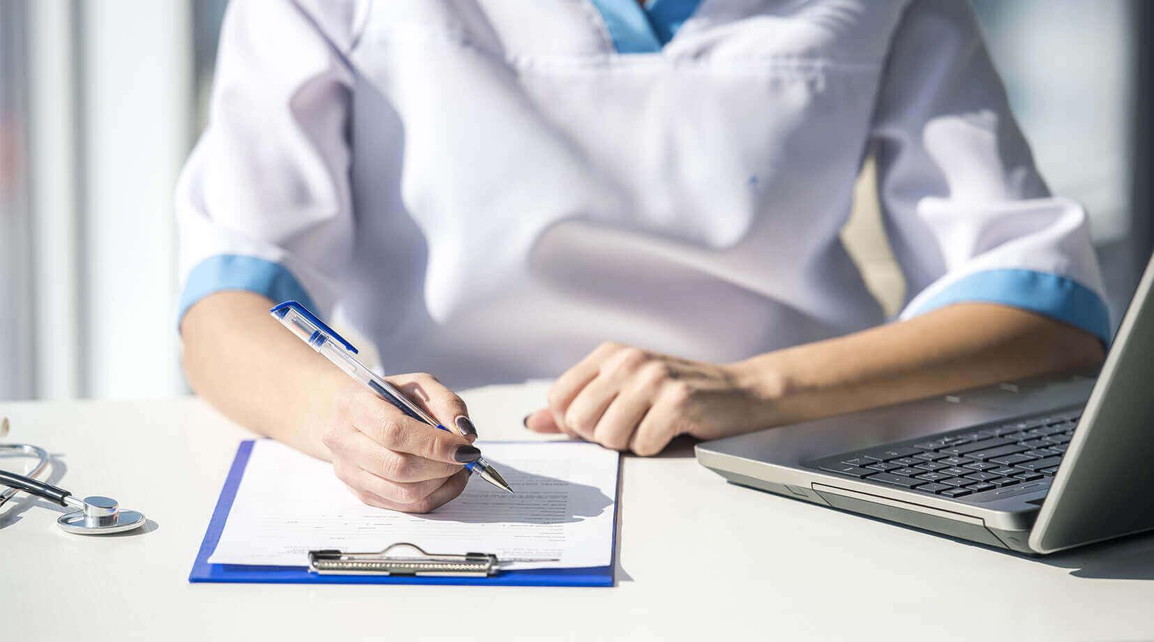 Prace serwisowe w dniu 8.05 - lekarka sporządzająca raport