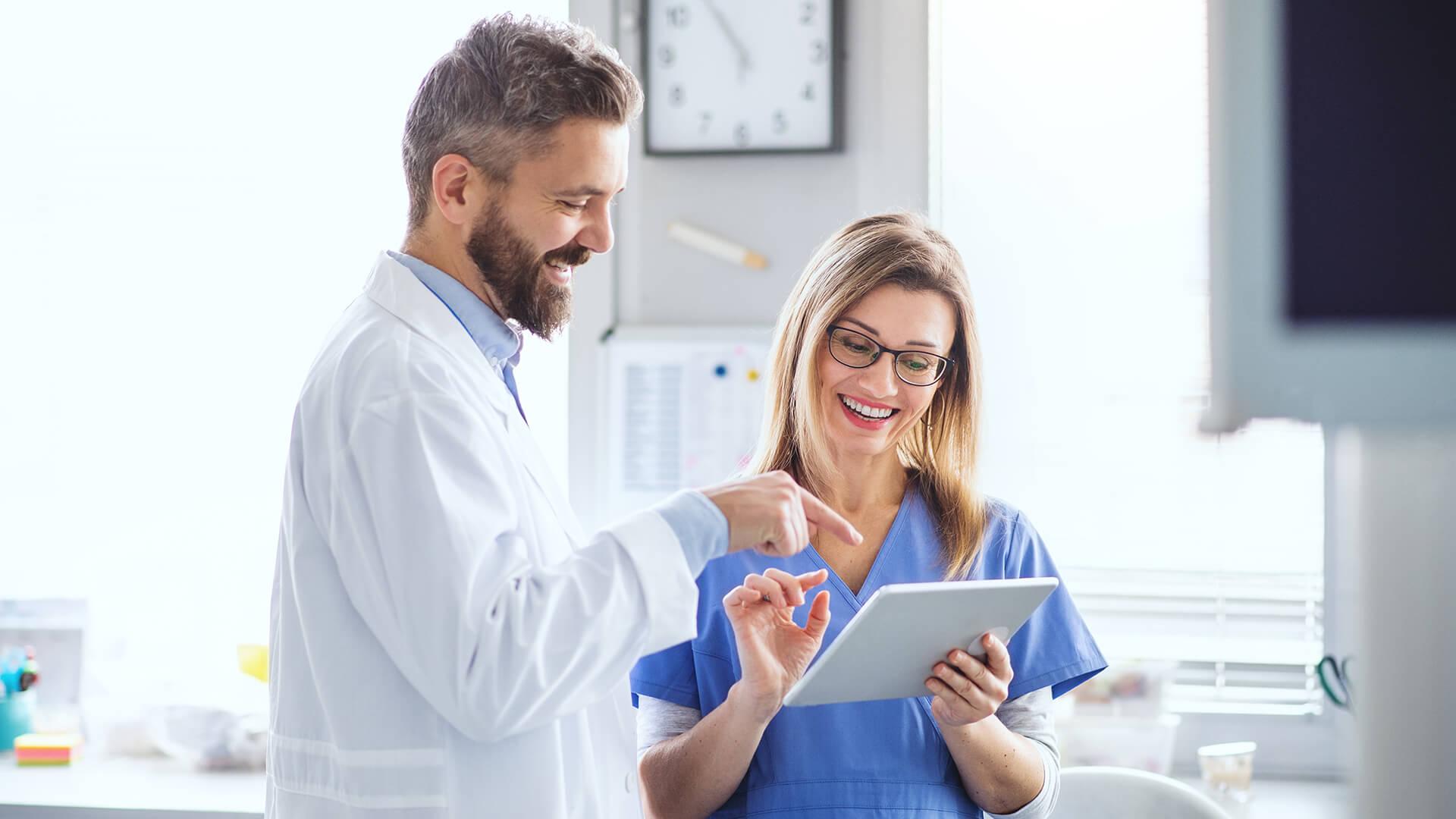 Webinar drEryk i WMZLPPZ - lekarze przeglądający dane na tablecie