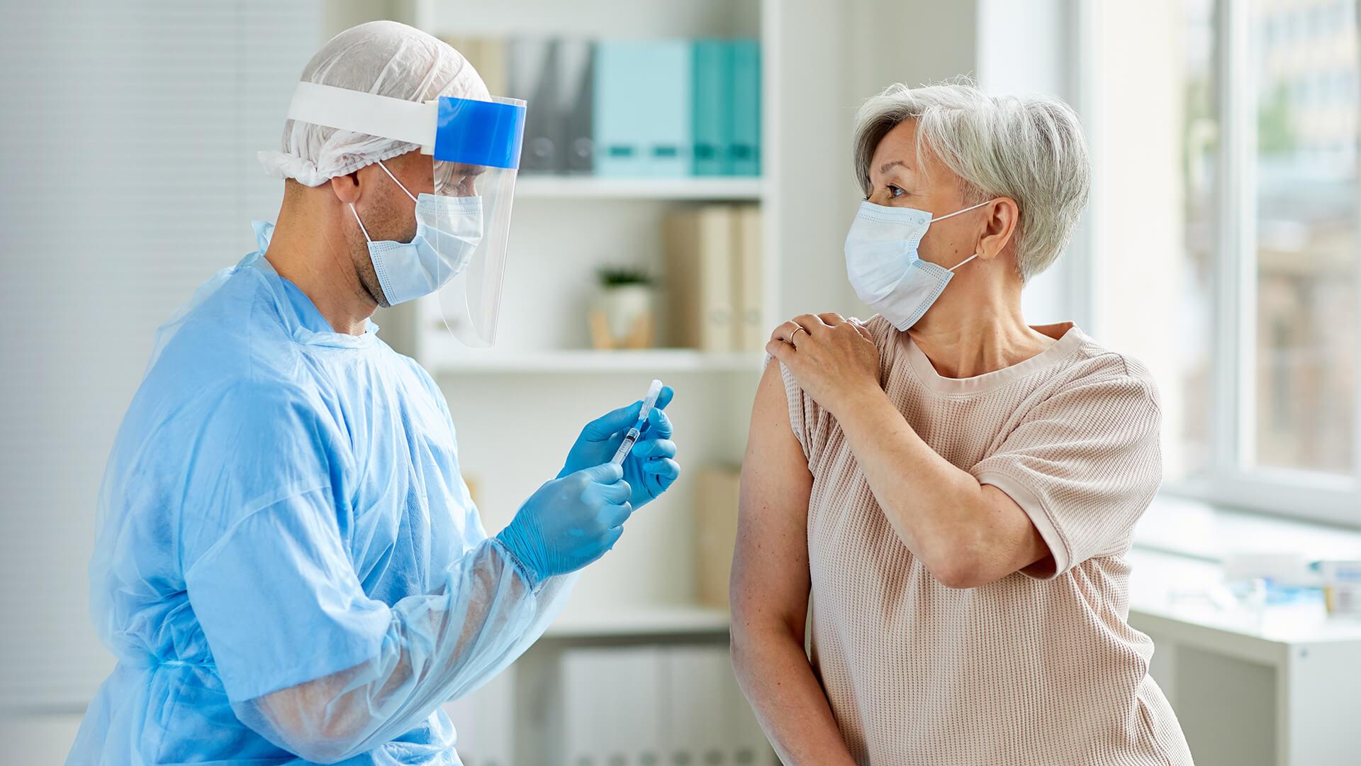 Szczepienia na COVID-19 w drEryk Gabinet - Lekarz przeprowadzający szczepienie