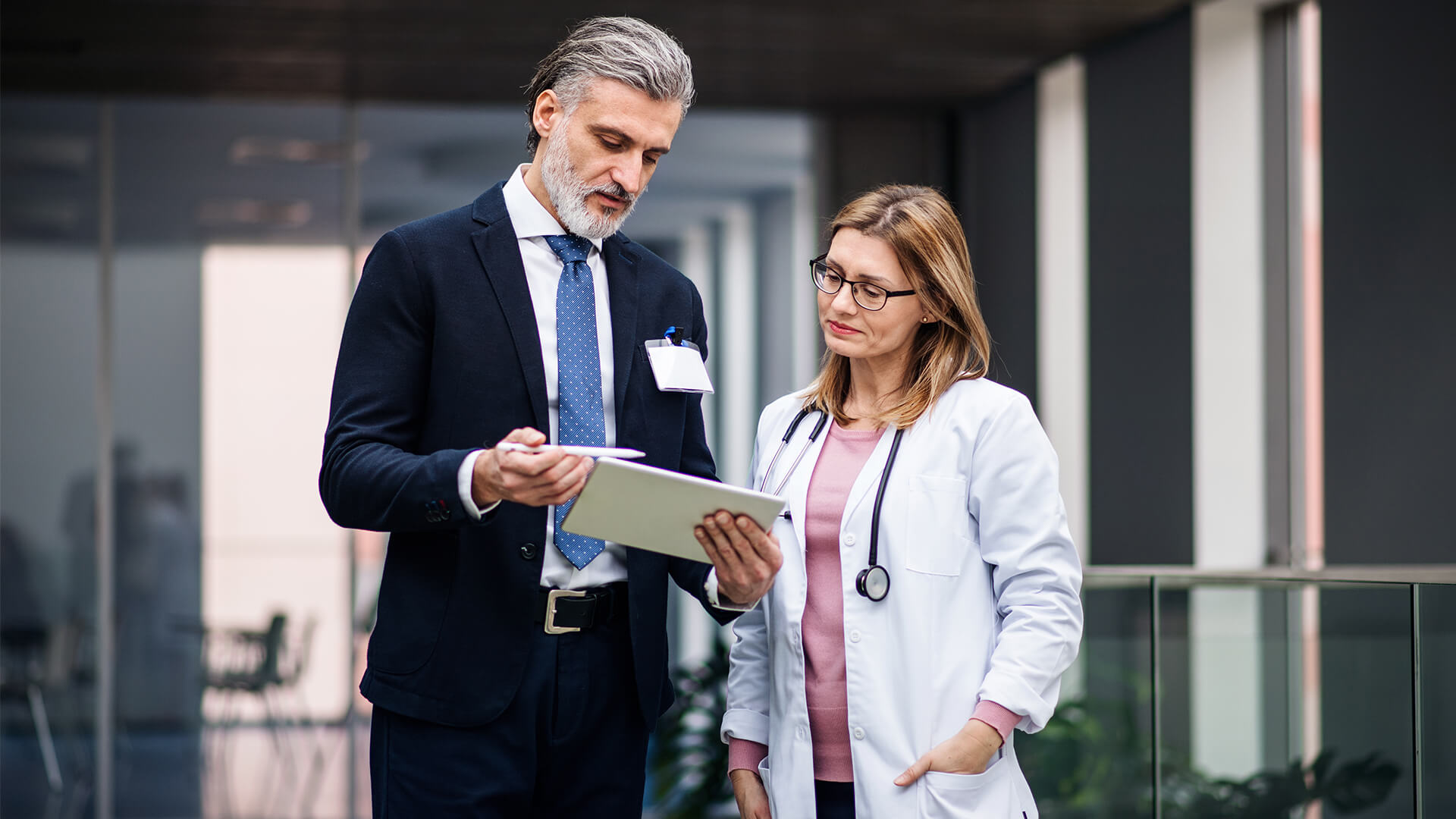 Dofinansowanie NFZ - Lekarka rozmawiająca z przedstawicielem