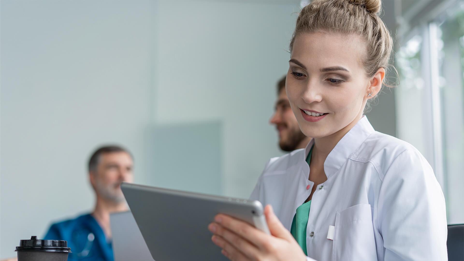 Jak sprawdzić ważność Certyfikatów P1 - lekarka pracująca z tabletem