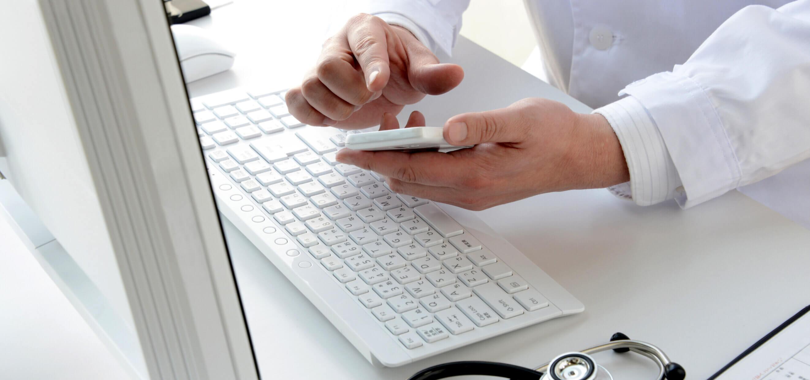 Prace serwisowe Systemu eZdrowia - lekarz pracujący na telefonie