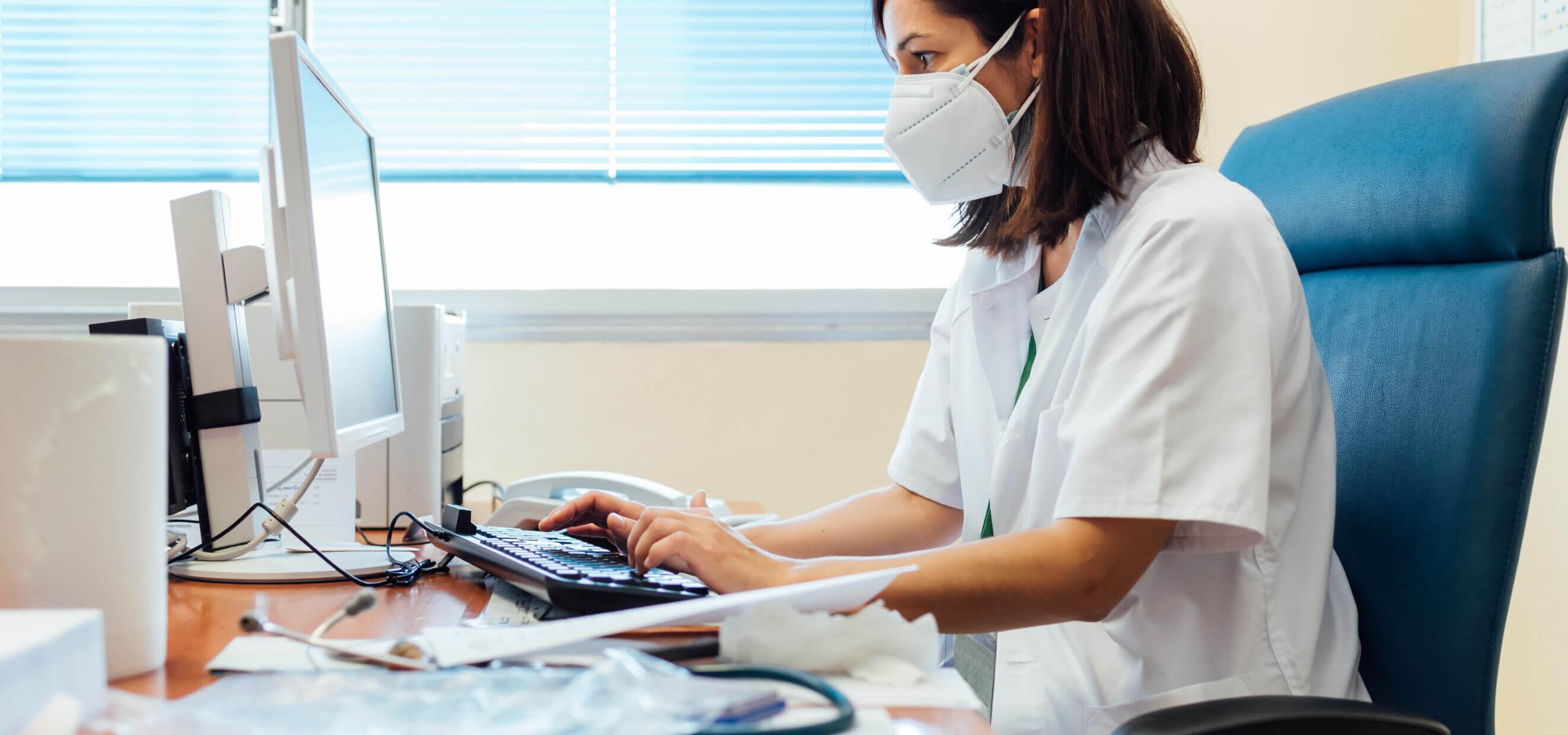 Profilaktyka 40+ - lekarka czytająca artykuł na komputerze