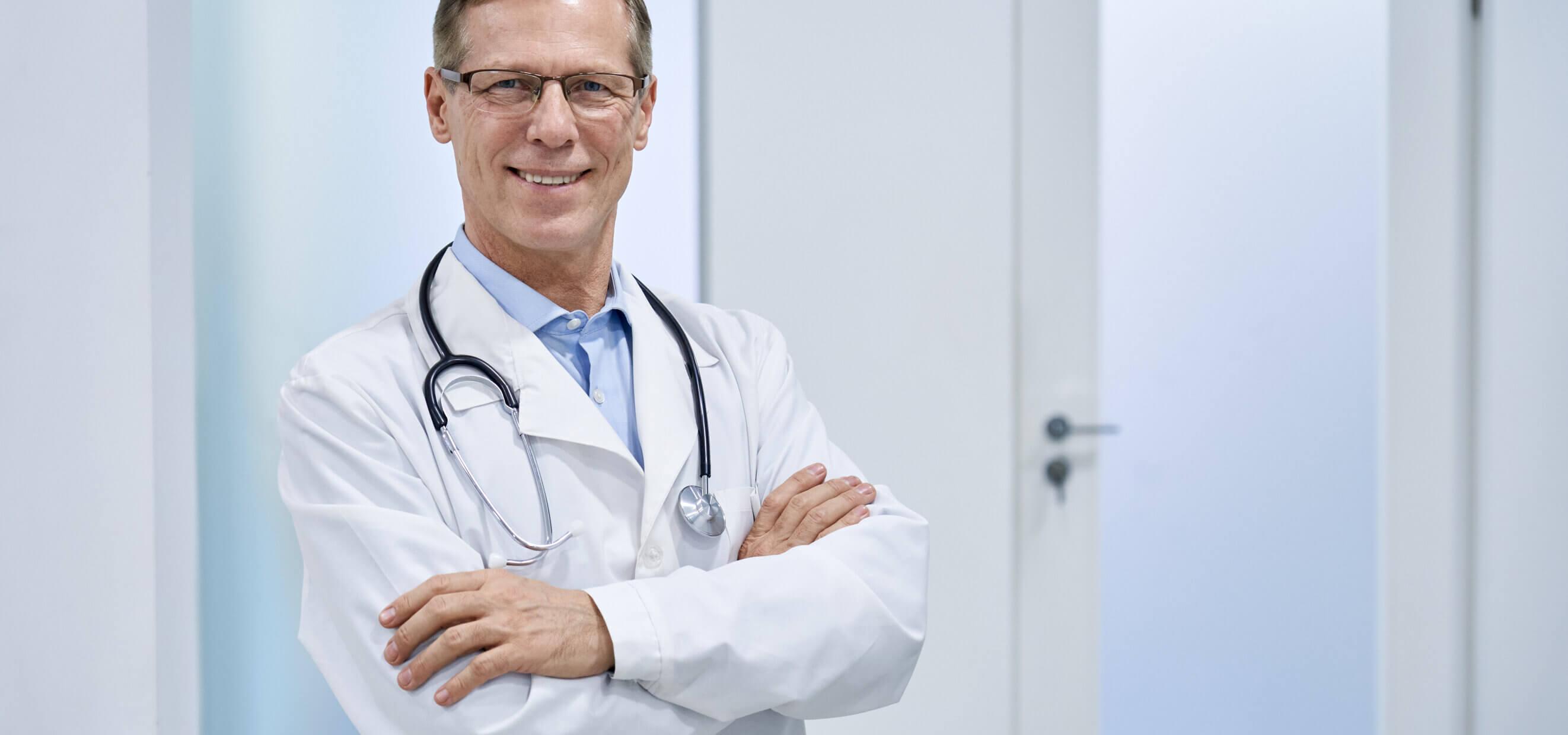 drEryk Idea - uśmiechnięty lekarz na korytarzu przychodni