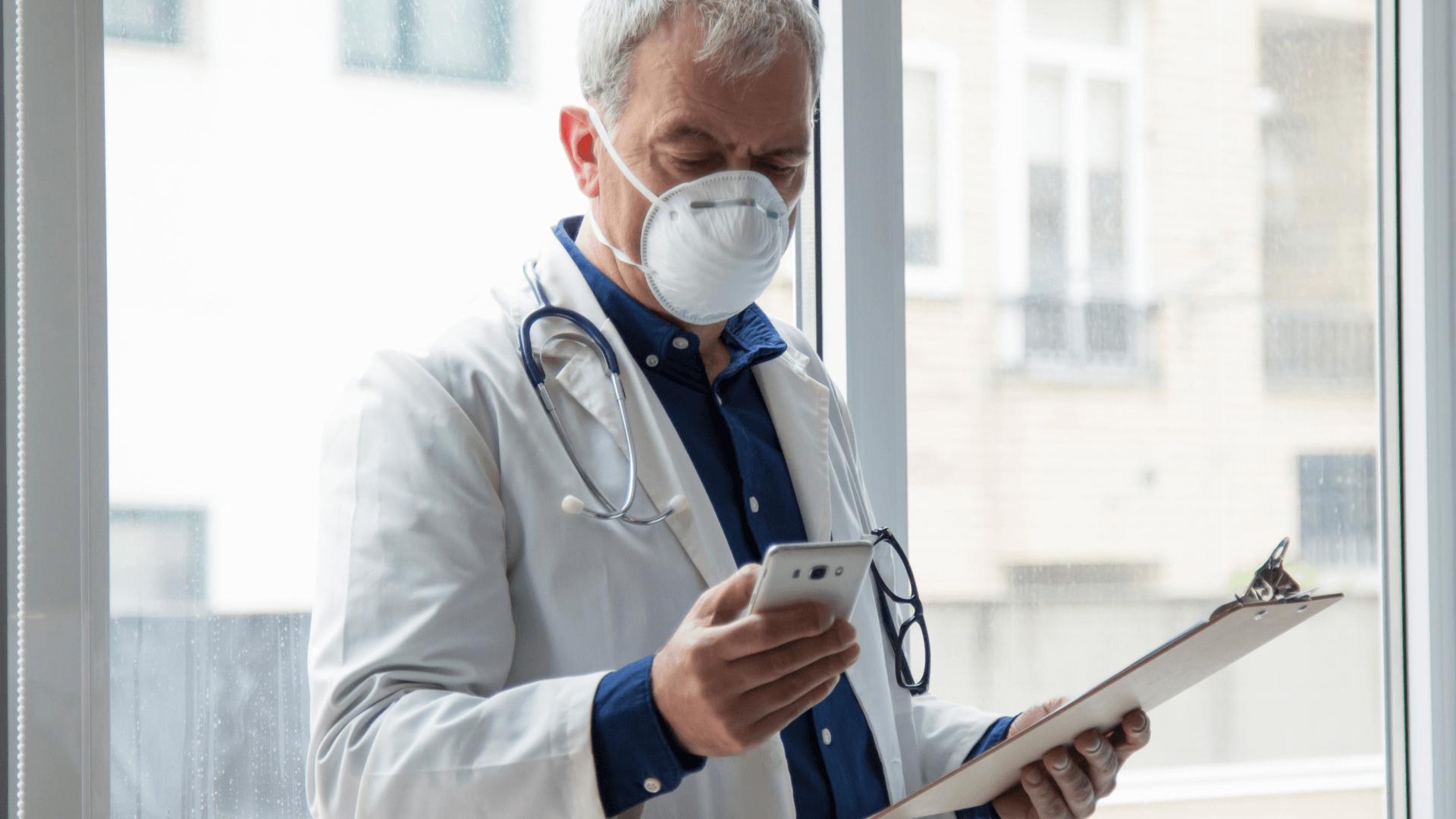 Aktualizacja 8.14 - dostępna - lekarz czytający wiadomości