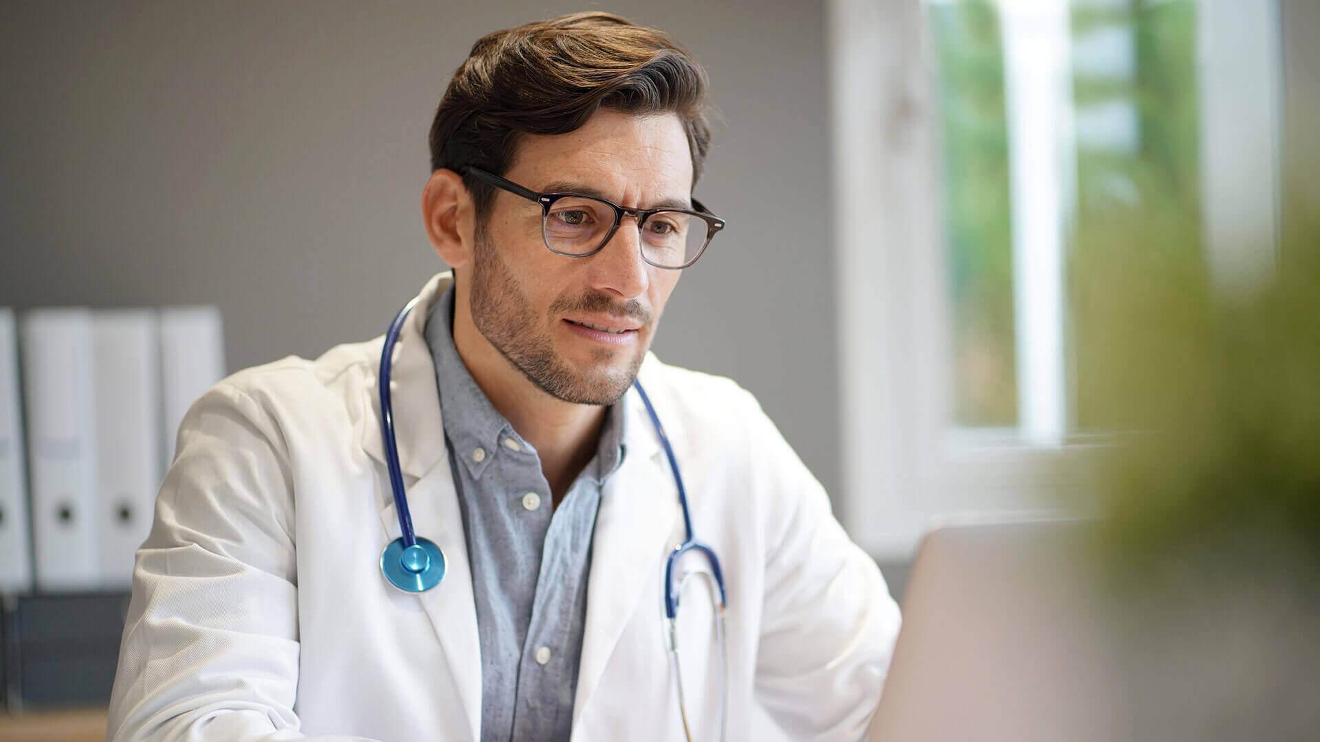 Aktualizacja 8.15 - dostępna - lekarz pracujący w gabinecie